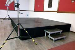 Pódium s konstrukcí v inteiriéru